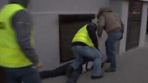 Kopał demonstranta, [br]nie wróci do pracy