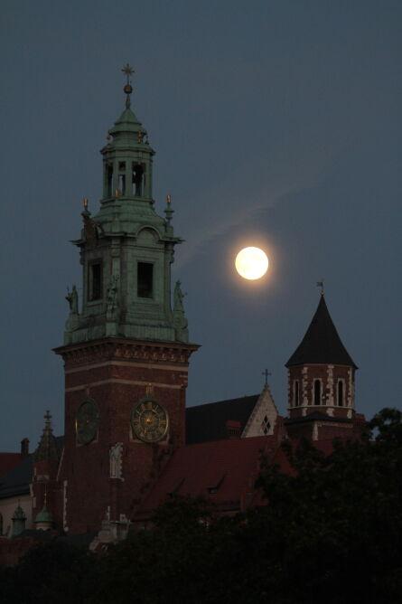 Pełnia księżyca nad Wawelem (PAP/Jacek Bednarczyk)