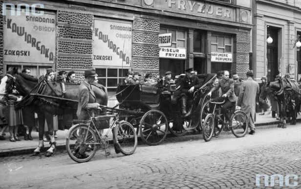 Ludność cywilna przed zakładem fryzjerskim i kawiarnią na ul. Złotej - 1940 Narodowe Archiwum Cyfrowe nac.gov.pl