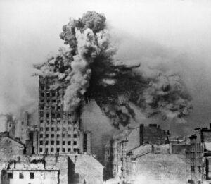Takie pociski spadały na stolicę. To zdjęcie z 28 sierpnia 1944 r.