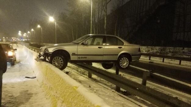 """BMW """"zaparkowało"""" na barierkach"""
