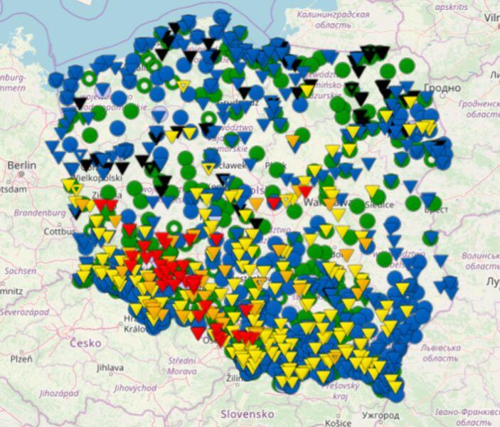 Stan wód w polskich zbiornikach wodnych (czerwony - stan alarmowy, pomarańczowy - stan ostrzegawczy, żółty - strefa stanów wysokich) (IMGW)